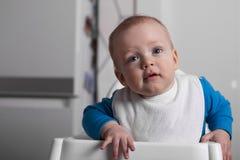 Durchdachtes Baby im Babystuhl Lizenzfreie Stockfotos