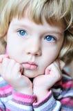Durchdachtes blondes Kind Lizenzfreies Stockfoto