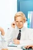 Durchdachtes blondes Kind, das Erwachsenen spielt Lizenzfreies Stockfoto