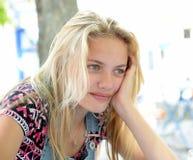 Durchdachtes blondes Mädchen Lizenzfreie Stockfotografie