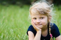 Durchdachtes blondes Mädchen Lizenzfreies Stockfoto