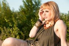 Durchdachtes blondes Mädchen in einer Bluse von kakifarbigem Stockfotografie