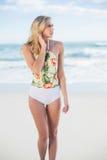 Durchdachtes blondes Modell im Badeanzug, der weg schauen aufwirft Lizenzfreie Stockfotos