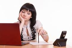 Durchdachtes Call-Center-Angestelltbüro mit Stift in der Hand Stockfotos