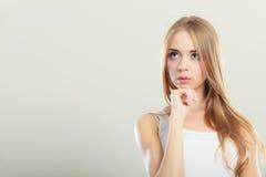 Durchdachtes denkendes Frauengesicht Lizenzfreie Stockfotografie