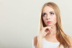 Durchdachtes denkendes Frauengesicht Lizenzfreie Stockbilder