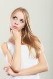 Durchdachtes denkendes Frauengesicht Stockbilder