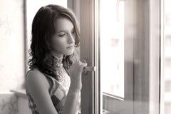 Durchdachtes elegantes Mädchen Stockfotografie