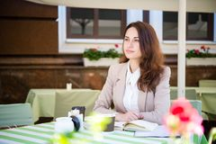 Durchdachtes Geschäftsmädchen im Sommercafé Stockbild
