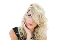 Durchdachtes herrliches blondes Modell, das oben schaut Stockfotos