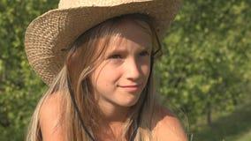 Durchdachtes Kind, das auf Gras, Kind im Yard, nachdenkliches Mädchen im Garten, Sommer sich entspannt lizenzfreie stockbilder