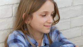 Durchdachtes Kind, das, gebohrtes denkendes Mädchen, nachdenkliches trauriges Kinderporträt meditiert stock footage