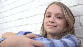 Durchdachtes Kinderporträt, nachdenkliches Kindergesicht, das in camera, blondes gebohrtes Mädchen schaut stock footage