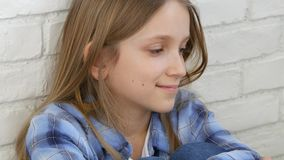 Durchdachtes Kinderporträt, nachdenkliches Kindergesicht, das in camera, blondes gebohrtes Mädchen schaut stock video
