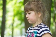 Durchdachtes kleines Mädchen stockfotografie