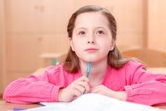 Durchdachtes kleines Mädchen während der Klassen Lizenzfreie Stockbilder