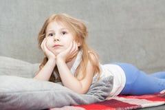Durchdachtes kleines Mädchenträumen Stockfotografie