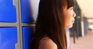 Durchdachtes Mädchen, das im Umkleideraum 4k sitzt stock video