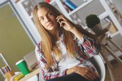Durchdachtes Mädchen, das am Telefon spricht Lizenzfreie Stockfotografie