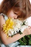 Durchdachtes Mädchen mit Blumen Stockfoto