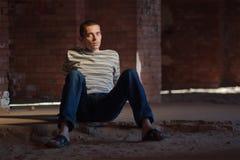 Durchdachtes Mannsitzen Stockbild