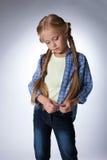 Durchdachtes schönes blondes Mädchen in den Jeans Stockbilder