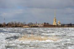 Durcheinander auf dem Neva Fluss stockbild