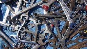 Durcheinander von alten rostigen Handwerkzeugen Alte rostige unordentliche Handwerkzeuge stockfotos
