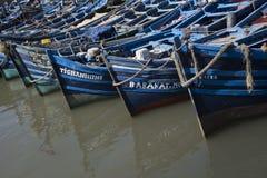 Durcheinander von kleinen blauen Fischereischlägern steckte zusammen im Hafen die Köpfe zusammen stockfotos
