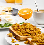 Durcheinandergemischte Eier auf Toast mit Kaffee lizenzfreies stockfoto