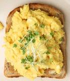 Durcheinandergemischte Eier auf Toast von oben Stockbild