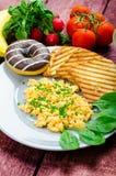 Durcheinandergemischte Eier des gesunden Frühstücks mit Schnittlauch, panini Toast Lizenzfreies Stockfoto