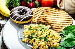 Durcheinandergemischte Eier des gesunden Frühstücks mit Schnittlauch, panini Toast Lizenzfreies Stockbild