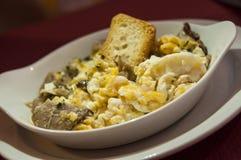 Durcheinandergemischte Eier mit Champignonpilzen Stockfoto