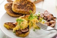 Durcheinandergemischte Eier mit dem französischen Toast überstiegen mit durcheinandergemischten Eiern der Brunnenkresse mit Brunn Lizenzfreie Stockfotos