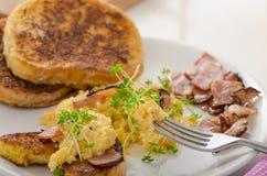 Durcheinandergemischte Eier mit dem französischen Toast überstiegen mit durcheinandergemischten Eiern der Brunnenkresse mit Brunn Stockbild