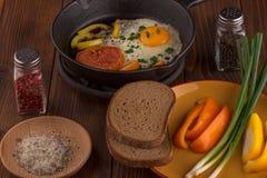 Durcheinandergemischte Eier mit Gemüse Lizenzfreie Stockbilder