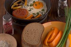 Durcheinandergemischte Eier mit Gemüse Stockfotos