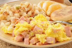 Durcheinandergemischte Eier mit gewürfeltem Schinken Lizenzfreie Stockbilder