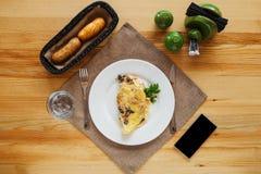 Durcheinandergemischte Eier mit Kräutern und Toast lizenzfreies stockfoto