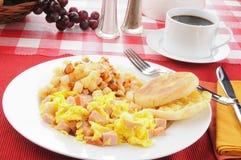 Durcheinandergemischte Eier mit Schinken lizenzfreie stockfotografie