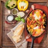 durcheinandergemischte Eier mit Tomate und traditionellem Frühstück der Pfeffer stockfoto