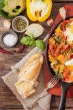 durcheinandergemischte Eier mit Tomate und traditionellem Frühstück der Pfeffer lizenzfreie stockfotos