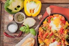 durcheinandergemischte Eier mit Tomate und traditionellem Frühstück der Pfeffer stockbild