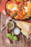 durcheinandergemischte Eier mit Tomate und traditionellem Frühstück der Pfeffer stockfotos