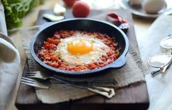 Durcheinandergemischte Eier mit Tomaten Stockfotos