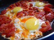 Durcheinandergemischte Eier mit Tomaten Lizenzfreies Stockfoto