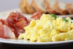 Durcheinandergemischte Eier und Speck Stockbilder