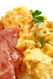 Durcheinandergemischte Eier und Speck Lizenzfreies Stockfoto