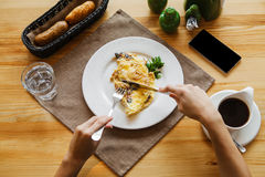 Durcheinandergemischte Eier zum Frühstück pov stockbilder
